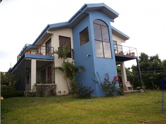 Casa con jardines en zona residencial derealesa bienes for Residencial casas jardin