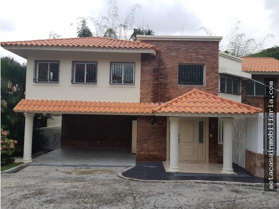 Amplia Casa en Arroyo Hondo con Piscina y Jacuzzi