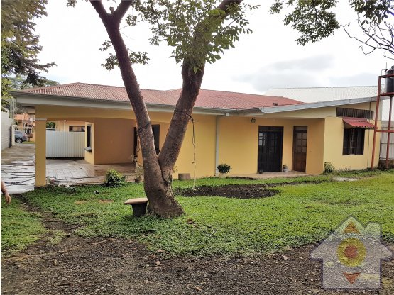 Terreno con 2 casas y espacio para 3 - Brasil Mora
