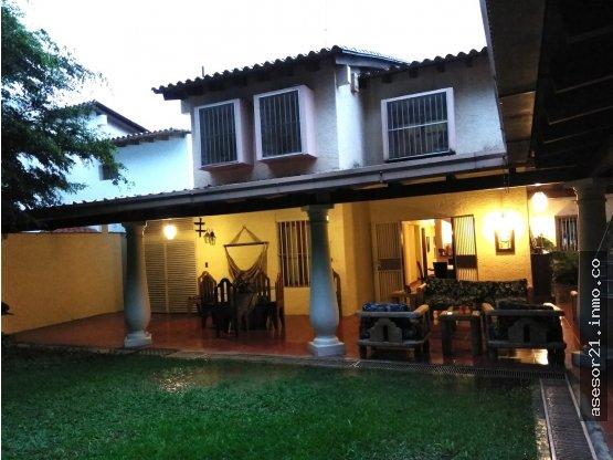 Hermosa Casa en Santa Paula en Calle Privada
