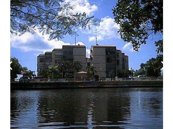 Apartamento con piscina y embarcadero en Paparo