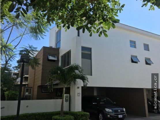 Venta de casa en Condominio Santa Ana