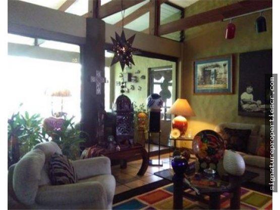 Casa estilo rústico con amplios jardines