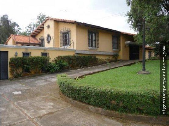 Casa de un nivel, estilo colonial en Curridabat