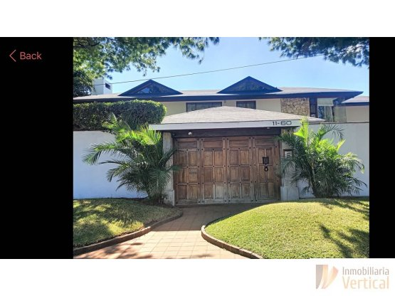Casa con piscina en venta o renta zona 14