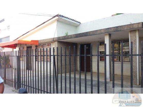 CASA-LOTE CON EXCELENTE UBICACION EN EL CENTRO