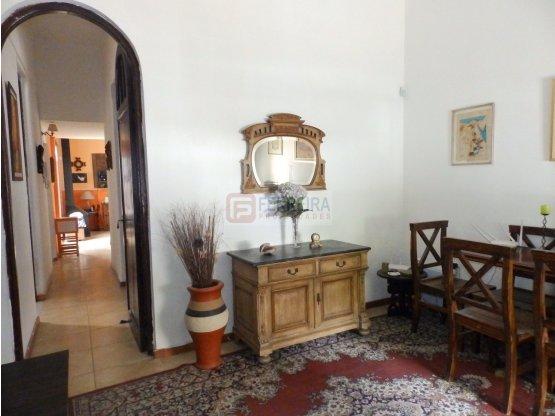 VENDE CASA DE 3 DORMITORIOS, PATIO Y BARBACOA