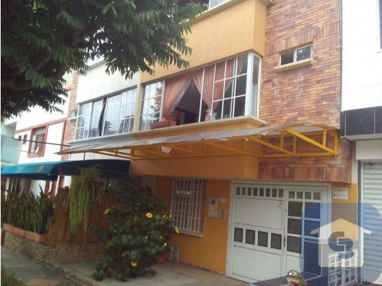 En venta Casa de tres pisos en La Aurora