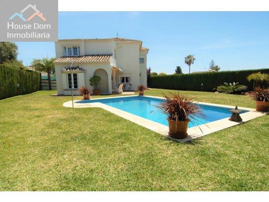 Villa en venta en Calahonda, Mijas, Málaga.