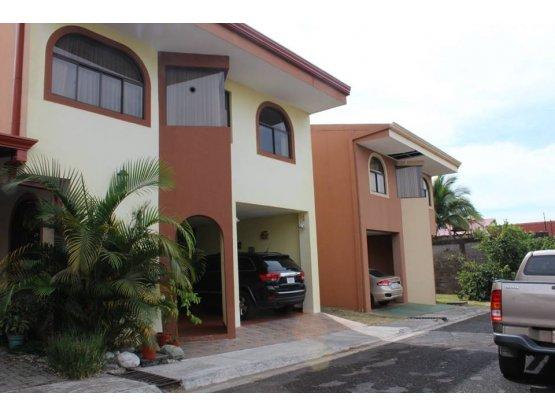 Se vende Casa en Condominio Villa Flores, Heredia