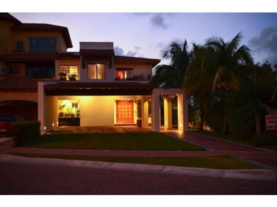 Casa frente a laguna en venta Isla Dorada