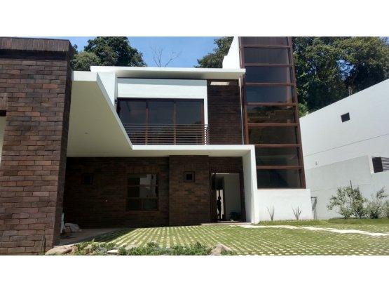 Casa a un costado de Plaza Varietta, zona 16