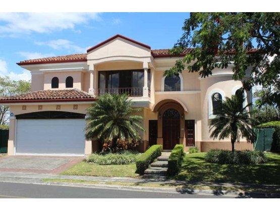 Casa en alquiler en Santa Ana, Lindora.- REF/ 3172