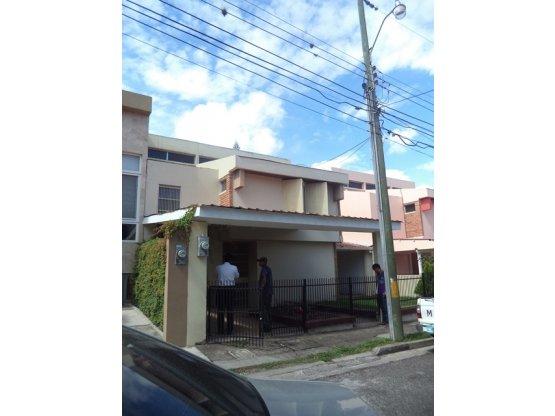 Se alquila casa en residencial San Ignacio