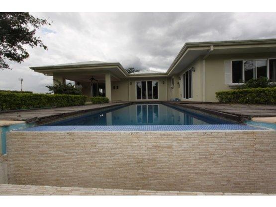 Ciudad Colon casa de una planta con piscina